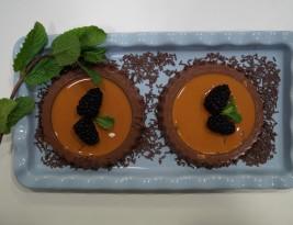 TARTALETAS DE CHOCOLATE EN SALSA DE CARAMELO