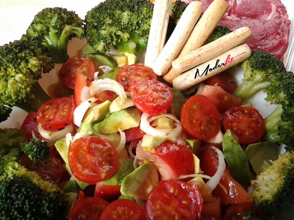 ensalada de brocoli y aguacate